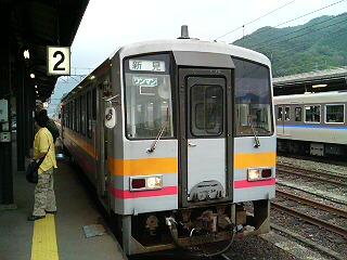 姫新線キハ120<br />  で新見到着